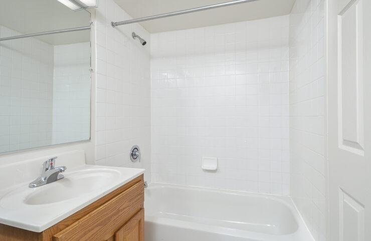 bathroom with tiled tub
