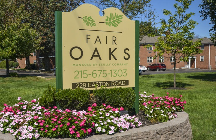 Fair Oaks sign with apartment building behind