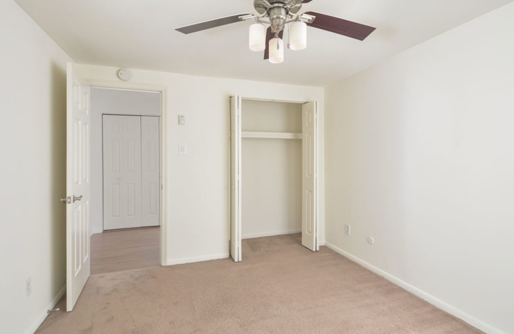 carpeted bedroom with ceiling fan